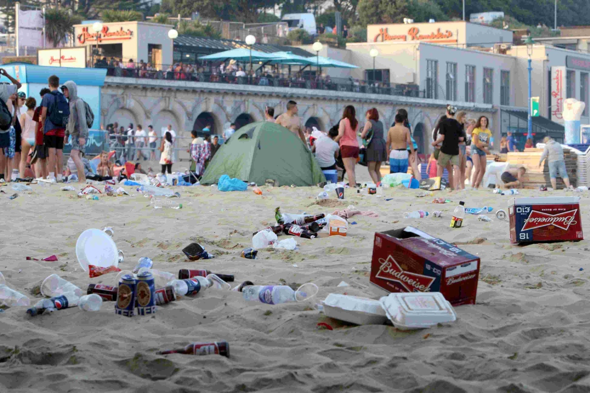 Bournemouth sizzles in 31C heat - but our daytrippers still aren't picking up their own litter